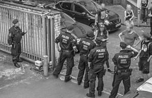 Einsatz der Polizei hinter dem von L!Z-Aktivisten besetzten Haus. Foto: Sam F. J.