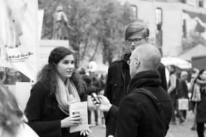 Redakteur des Artikels im Interview mit Aktivist_innen Foto: Ronny Bittner