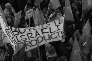 Plakat mit Aufruf zum Boykott israelischer Produkte auf antiisraelischer Demonstration 2009. Foto: Glaudia Gabriela